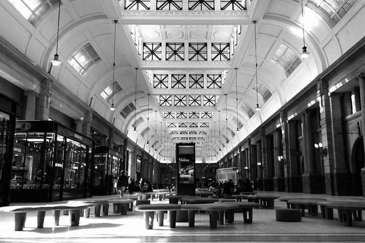 La (nueva) Estación Retiro. - #bnw #blackandwhite #blancoynegro #streetphoto #streetphotography #fotocallejera #architecture #arquitectura #ARQgentina #archilovers #igersbsas #buenosaires #hallazgosemanal #flaneur