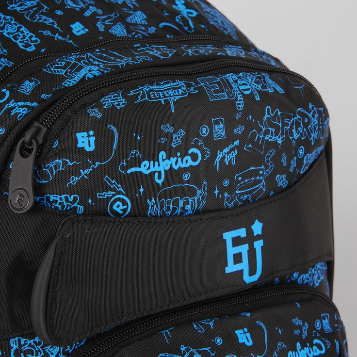 Napisy graffiti na plecaku młodzieżowym przedstawiają słowo EUFORIA w różnych kombinacjach.