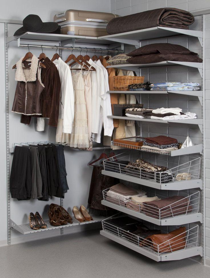 Vaatteiden ja asusteiden valitseminen sujuu mukavasti, kun ne ovat kauniisti esillä. - Picking clothes is much easier from well-organised closet. #avainlippu #sinivalkoinenvalinta #sovella