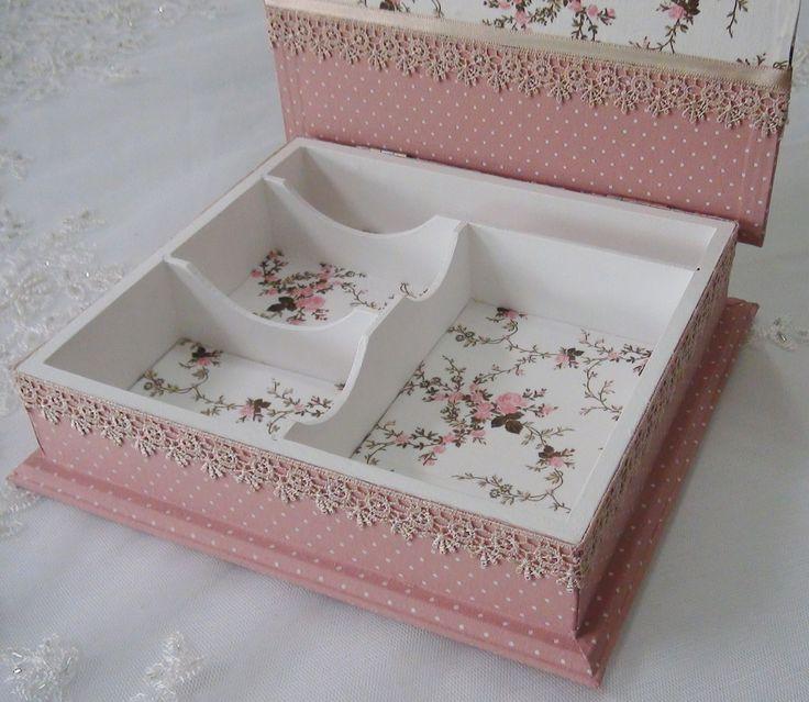 Caixa em MDF pintada com tinta PVA e revestida com tecido 100% algodão. Apliques em guipir, fita de cetim e strass. Peça envernizada com verniz acrílico fosco.