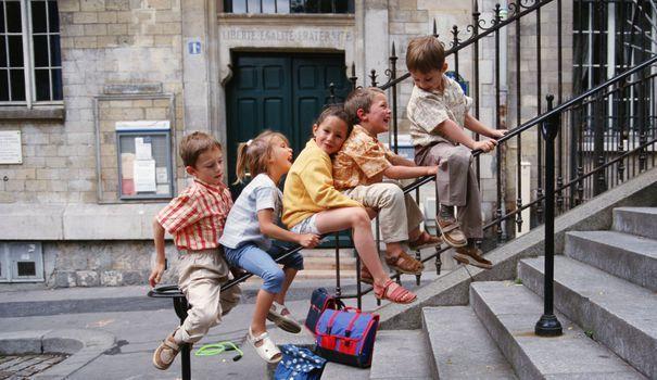 A l'école primaire, le cartable s'impose bien souvent pour les enfants comme un véritable accessoire de mode qui permet d'exprimer sa personnalité et ses goûts. Rétro ou Reine des Neiges, imprimé de pois ou d'étoiles, à roulette ou non... Voici notre sélection de modèles de cartables en ligne pour fille ou garçon.