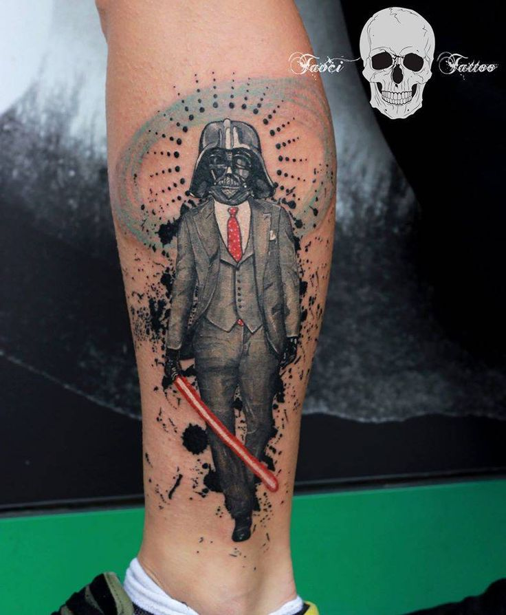Tatuaje surrealista de Darth Vader situado en el pie izquierdo.