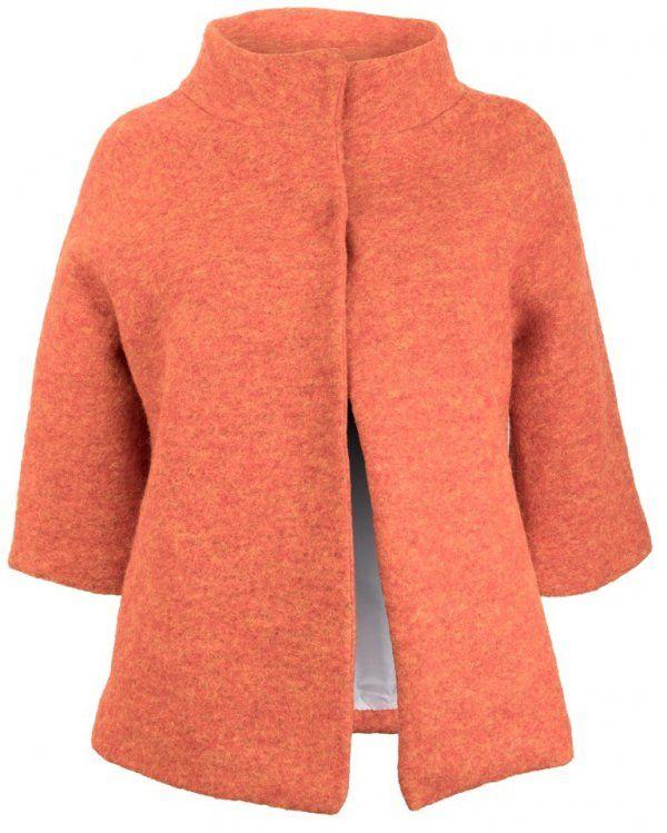 Pomarańczowy, żakiet damski na podszewce, wykonany z grubej tkaniny wełnianej z domieszką włókna syntetycznego. Zapinany  u góry na dwa kryte klipsy, rękawy kimonowe, rozszerzające się ku dołowi o długości ¾, kołnierz w formie stójki.  #żakiet #elegancki #pomarańczowy #wełna #kobieta #moda #trendy