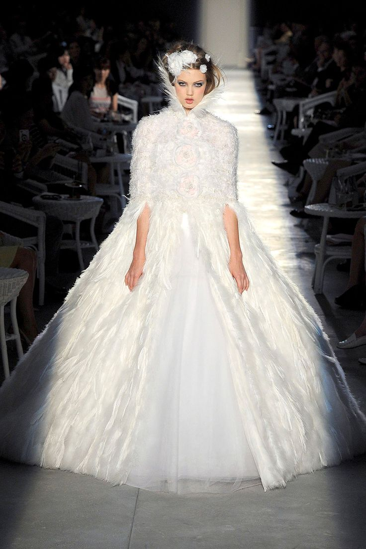 CHANEL Qu\'elle ait été inspirée par le Lac des Cygnes ou par les tsarines russes de la belle époque, cette robe de mariée imaginée par la Maison Chanel est tout simplement chimérique. Sublime grâce à ces plumes blanches et un tulle léger omniprésents, cette robe façon reine des neiges parera d\'élégance les futures mariées les plus romantiques.   Crédit photo : CHANEL