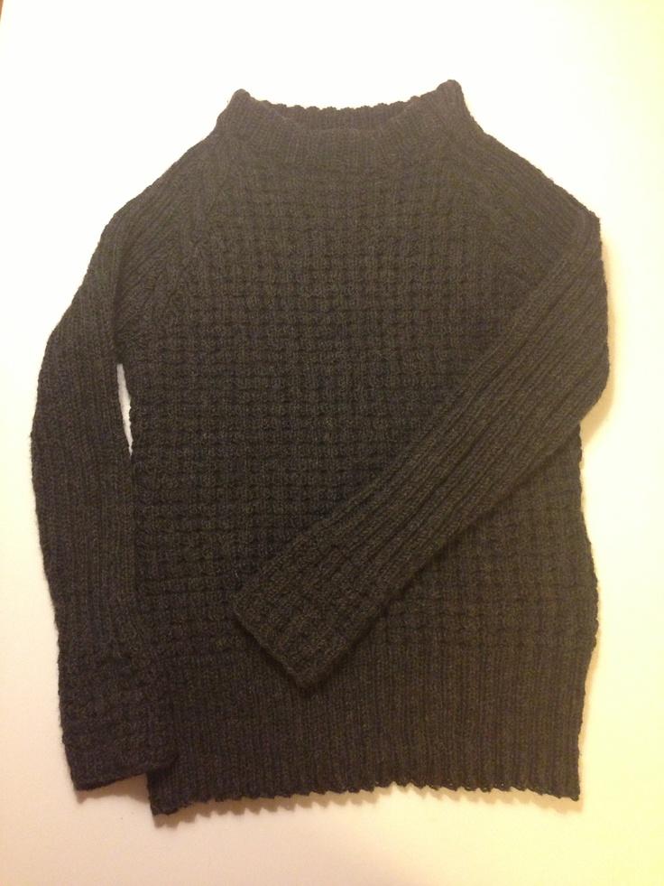 Koksgrå strikkegenser med raglanfelling og flette