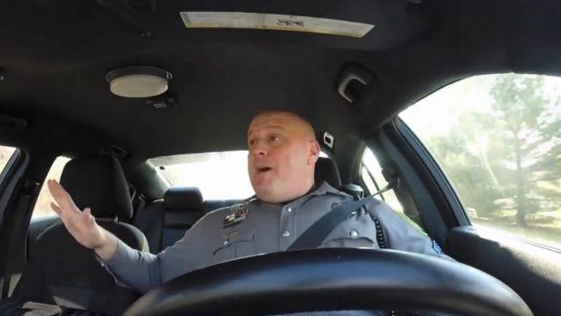 Taylor Swift, Shake it Off: poliziotto la balla e la canta in playback [video]