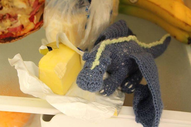 Lilla äventyrsdraken Krixxa har brutit sig in i kylskåpet och stulit smör från Torbjörn xD