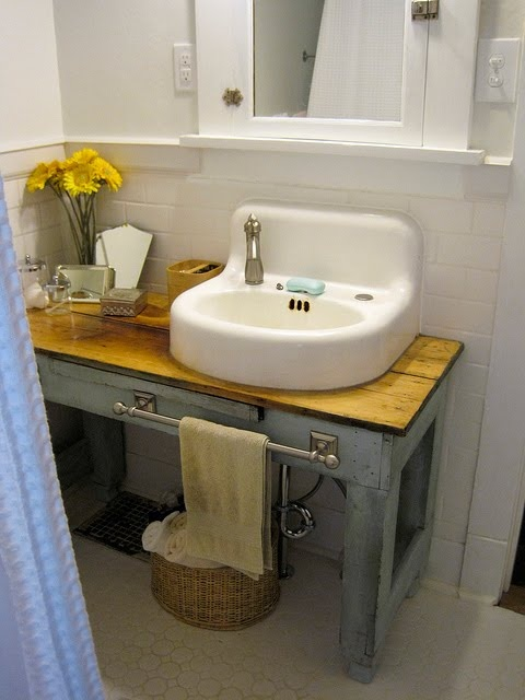 adorable: Small Bathroom, Vintage Sinks, Bathroom Vanities, Bath Vanities, Towels Bar, Bathroom Ideas, Bathroom Sinks, Diy Vanities, Vintage Industrial