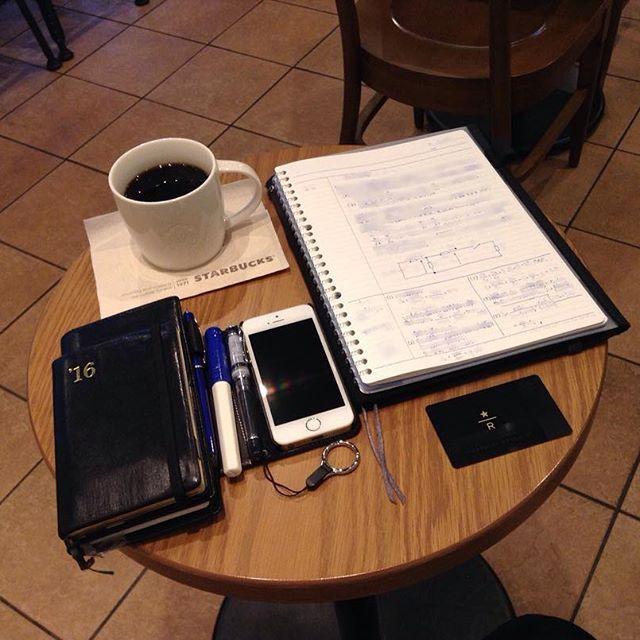ー 20161128 H28_R2 __ 朝スタバと勉強postです。 青白カクノくんで、自分の勉強です。  おはようございます。 今日の天気予報は曇り後晴れです。  今日から2017年の手帳を 使い始める方が多そうですね。  私は12月31日まで 今年の手帳を使うので、 移行はもう少し先です。 というより、1年の締め括りに向け、 最後の追い込みです。 遅れている手帳を 何処で挽回するか。 それが個人的な課題です。  仕事も勉強も、少しずつ進めます。  あまり変化の見えない写真で ごめんなさい。  今日も安全で便利な電気が 皆様に届きますように!  #万年筆 #カクノ #プレラ #勉強 #青ペン勉強法 #大人の勉強垢 #モニグラ #勉強垢さんと繋がりたい  #能率手帳 #能率手帳ゴールド #能率手帳gold #おっちゃん手帳 #手帳バンド #ノリスキン  #スタバ #スターバックス #スタバリザーブ #ドリップコーヒー 今日はXMAです。 #クリスマスブレンド  #カフェとノート部 #カフェ勉  #文房具  ___English___  Morning Starbucks…