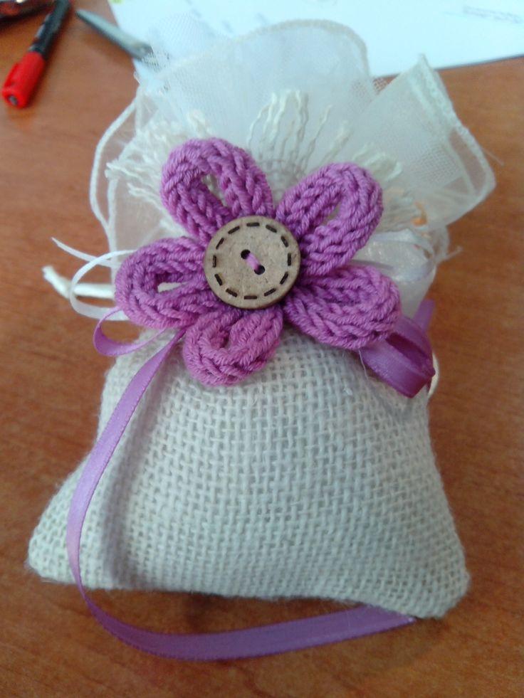 Bomboniera: sacchettino di iuta con fiore realizzato a mano con la tecnica del tricotin