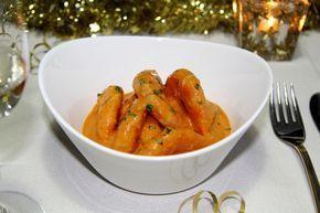 Receta de Langostinos en salsa de whisky perfecta como entrante para una comida de celebración. La salsa puede prepararse la víspera y ganará en sabor.