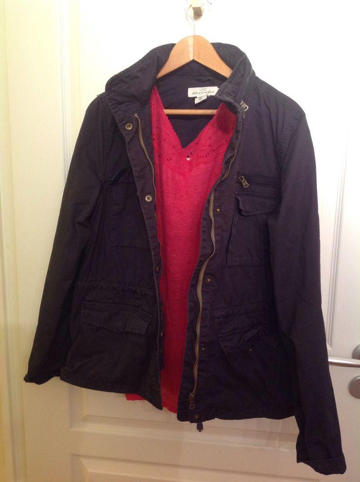 """blouse en lin fuschia de vanessa Bruno , achetée sur la redoute il y a 3 ou 4 ans. Je la porte avec une veste """"baroudeur"""" gris foncé de h&m, achetée en 2014. J'aime le contraste lin- broderie anglaise féminin avec la veste multipoches. Je les porte avec un slim noir, pour tous les jours."""