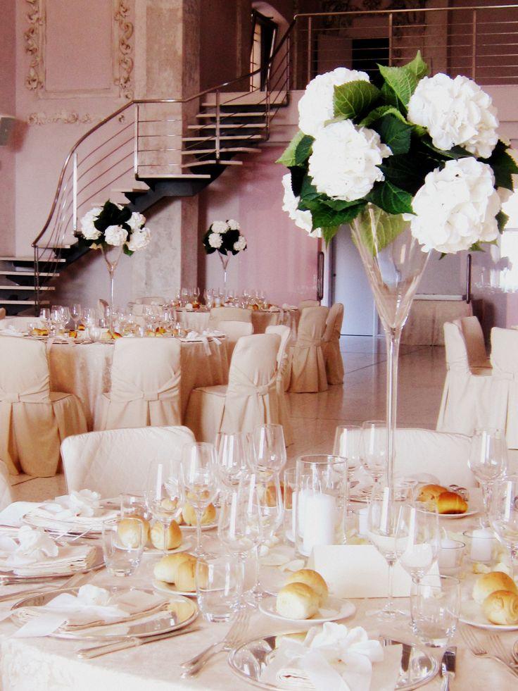 #Tavola #bianca. Risplendere di #luce propria. #Nozze a #CastellodegliAngeli. #tovaglia #vasi #fiori #allestimento #miseenplace #tavolo #allestimento #wedding #white www.castellodegliangeli.com
