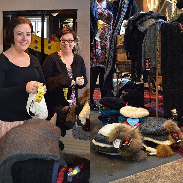 🌷 Lotte & Anja er i fuld gang med at sætte tilbudsmærker på vores 3 ynglings H'er: 🌸Huer 🌸Handsker 🌸Halstørklæder 🌸  Kom ned i butikken eller følg linket i Bio og få besparelser på helt op til 75% #mustus #glæde #inspiration #højthumør #huer #handsker #halstørklæder #smil #besparelser #tilbud #nedsat #forår #butik #svendborg