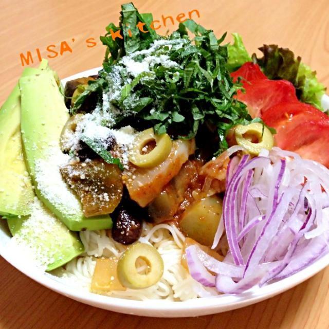 THE☆夏‼って感じのメニューだと思います(=゚ω゚)ノ 先日のおうちランチの残りのラタトゥイユがあったので、冷やした素麺に好きな野菜を乗せて、盛っただけです✨ 麺に絡ませたかったので、トマトソースを少し足しました♪( ´θ`)ノ  ラタトゥイユを具に、麺つゆをかけても美味しいと思います  夏野菜いっぱいで、冷たく仕上げたので、暑い夏も乗り切れると思いますd(^_^o) - 36件のもぐもぐ - ✨冷製ラタトゥイユそうめん✨ by misamaman44