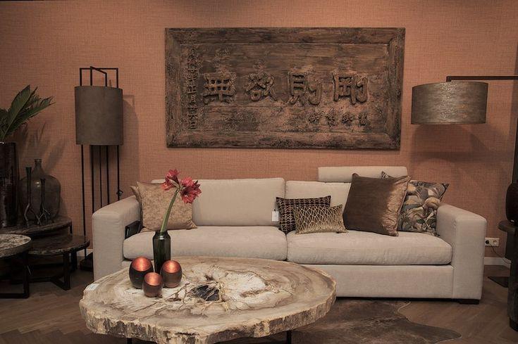 Spoom bank van Keijser & Co in de showroom van Stoop Furniture in Den Haag tegen een wand met Arte behang.