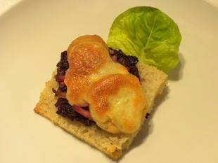 Tartines vigneronnes : Sur ces tartines au four, des oignons cuits au vin rouge, des lardons et pommes de terre grillées, le tout sous une fine couche de fromage fondu.