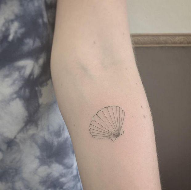 Com agulhas únicas, East consegue criar tatuagens minimalistas com traços finíssimos na pele