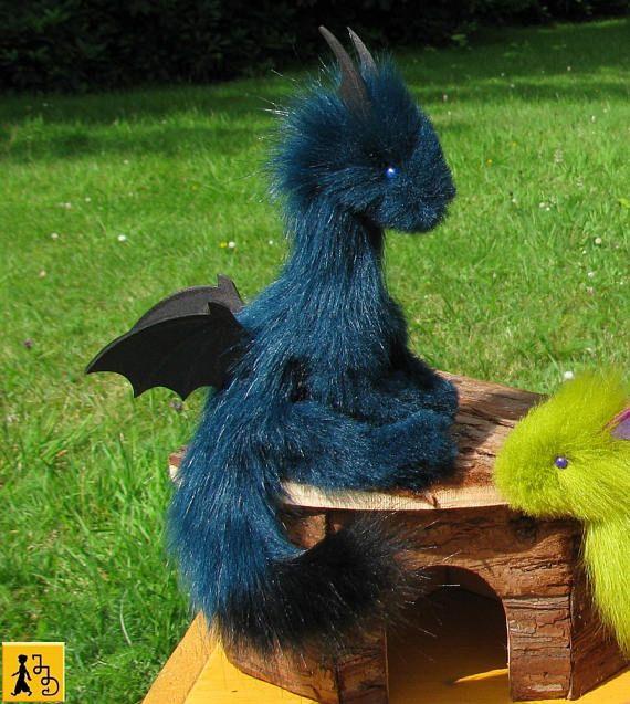 Drache Puppe posierbar dunkel petrol schwarz Flügel Fantasie