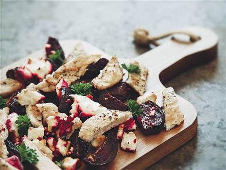 Klassiska enkla smaker när de är som bäst. Timjan, kyckling, fetaost och rödbetor.  Recept: Mari Bergman  Foto: Susanna Livijn Wexell
