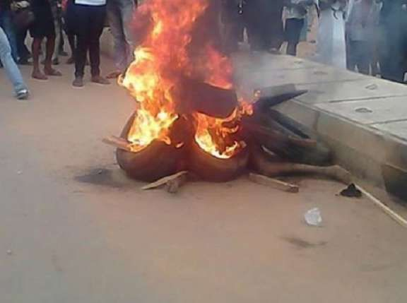 Breaking News ! Suspected female kidnapper burnt to death in Ikorodu     Ikorodu Lagos State is fast gaining a notoriety for jungle justice as in the past few weeks no fewer than five suspects have been handed the fiery jungle justice by residents instead of handing them over to the police.  The latest in the series was an alleged suspected female kidnapper who was beaten to a pulp and burnt to death by an irate mob after she was caught while attempting to abduct two children.  Eyewitnesses…