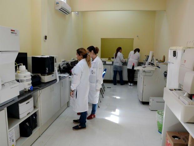 Coletas feitas em unidades de emergência e urgência são levadas ao laboratório (Foto: Zaqueu Proença)