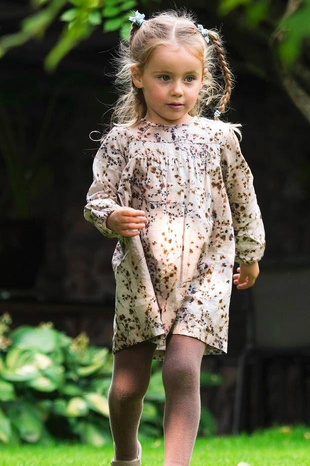 53cecbce6f8b50 Sole Trussardi trägt ein gemustertes beiges Kleid, dazu eine passende  Strumpfhose und .