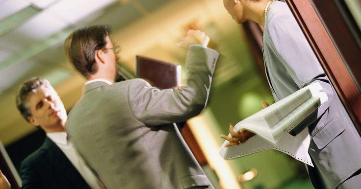 ¿Qué hacer cuando le pagas de más a un empleado por error? . Un pago en exceso a un empleado es generalmente el resultado de un error de cálculo de la nómina. Como empleador, esto puede ocurrir si pagas al empleado más horas o salario de lo que le corresponde, o si no puedes hacer una deducción obligatoria o voluntaria. En cualquier caso, puedes corregir la situación.