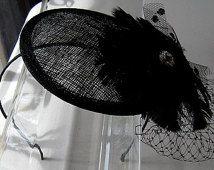 Cristallo fiore Sinamay Fascinator cappello nero con velo e fascia in raso, per matrimoni, feste, sera, cocktail, occasioni speciali
