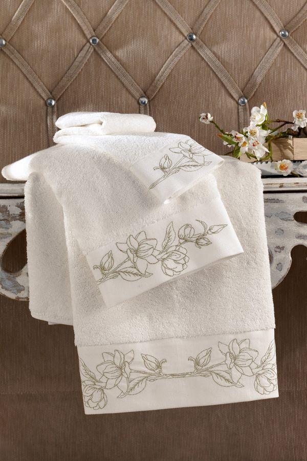 Nadýchanané ručníky VIOLA v s precizní květinovou výšivkou v zlaté barvě připomíná tajemnou krásu aristokratických komnat.