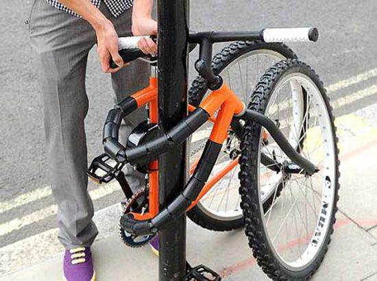 This flexible bicycle locks up around a pole.: Bicycles, Idea, L'Wren Scott, Bikes, Bendable Bike, Locks, Kevin Scott, Products, Design