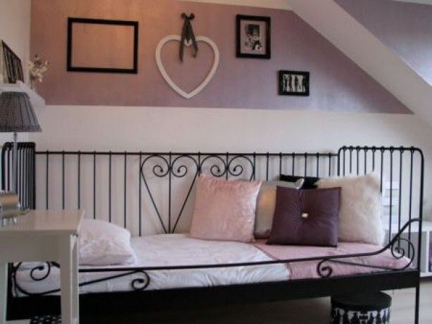 Meidenkamer in zwart, wit en glanzend roze en paars. Mooie combinatie!