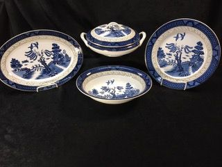 SET OF IRONSTONE WARE CRAFTSMAN CHINA 188 WILLOW PATTERN DISHES. INCLUDES 11 DINNER PLATES, A COVERED CASSEROLE, A PLATTER AND A VEGGIE DISH.