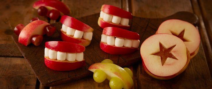 Det er lurt å ha et smil på lur - enten du skal arrangere bursdager, karneval eller Halloween. Enkle å lage av båter av epler og små marshmallows.