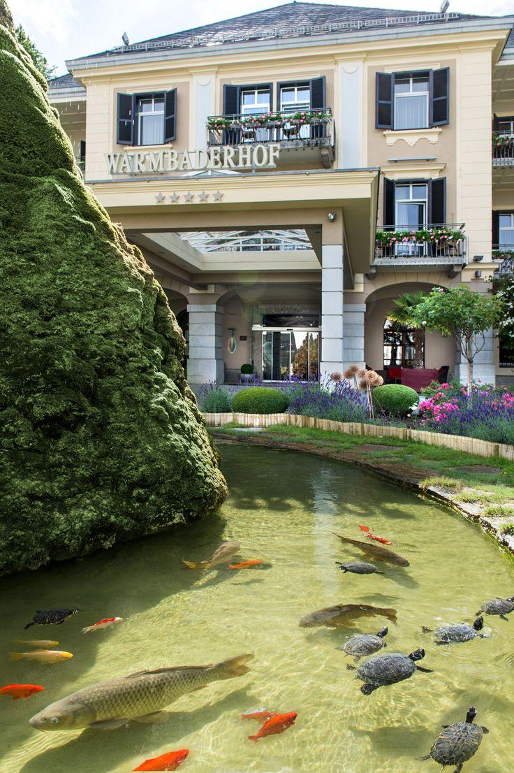 Eingang vom Hotel Warmbaderhof ***** mit Brunnen