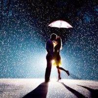 Романтическая картинка с парнем и девушкой на фоне ночной дороги, освещаемой светом луны #картинки#фото#любовь#пареньидевушка#поцелуй#романтика#влюбленность#подзонтом#ночь#свидание