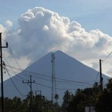 Ada lebih dari 20 gunung api yang bisa menghasilkan 5 juta pengungsi ketika muncul letusan. Belajar dari penanggulangan bencana di Gunung Merapi 2010, perhitungan ilmiah harus dipadukan dengan kearifan lokal, budaya, dan kebiasaan masyarakat setempat untuk memindahkan penduduk sementara dari ancaman bahaya.