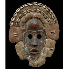 """Dan Deangle [Liberia ], 34 см По данным экспертов, африканские маски Dan Deangle использовались в танцах для взаимодействия с лесным духом """"Du"""". Его просили научить женщину быть грациозной и женственной. Известно, что все маски народности Дэн священны. Они почитаются как сами духи. Для масок Дан характерна вогнутая поверхность лица, выступающий рот, высокий куполообразный лоб."""