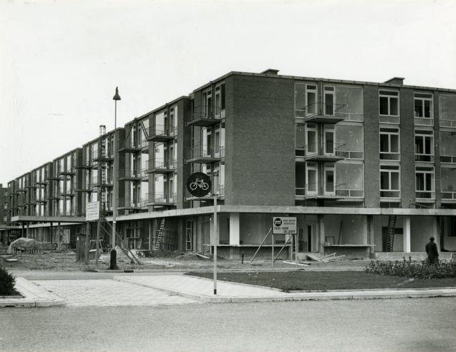 Het Almeloplein in Den Haag in 1955