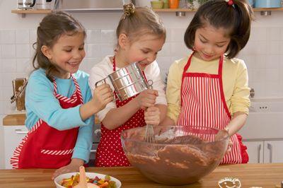 Impastiamo , Cuciniamo , Informiamo , decoriamo e ..................... mangiamo ! Vi aspettiamo  com Allacciate i grembiuli Ogni sabato dalle 16.30 alle 19.00 LUDOTECA  Circolo ufficiali Piazza Sant' Oliva n.25 Tel.091.2193107 Tante prelibatezze dolci e salate Impariamo a mangiare sano 15€ a lezione compresa la merenda