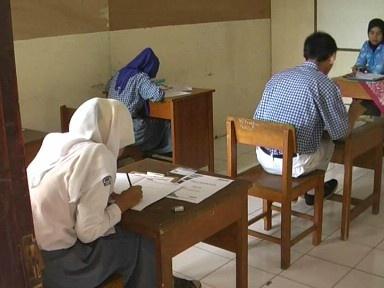 TANGERANG RAYA,korantangsel.com- Pelaksanaan Ujian Nasional tingkat menengah berkebutuhan khusus atau SLB bersamaan dengan ujian sekolah pada umumnya sejak hari senin kemarin hingga rabu, dan mata pelajaran yang diujikan yakni matematika lima orang peserta ujian SMA Dharma Wanita Karawaci Tangerang Banten dengan seksama mengerjakan soal.