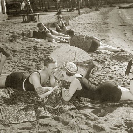 #lovebirds at the #beach in 1927 - #vintage #photoart from the #süddeutschezeitung #picture #archive #blackandwhite #nofilter  #Closethecircle - If you buy this #photo Süddeutsche Zeitung Photo and #Photocircle donate 10% to provide children from low-income #families in and around #Munich with a warm #lunch at the school cafeteria.