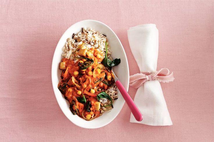 19 januari 2017 - Zilvervliesrijst + roerbaksaus in de bonus = een Indiaas vegagerecht met tofu, kikkererwten en spinazie - Recept - Allerhande