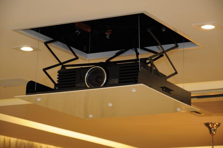 """Mantendo o mesmo critério já mencionado, a arquiteta também optou pela instalação de um lift para projetor que permite manter o mesmo """"invisível"""" até o momento da utilização."""