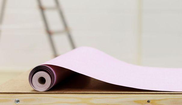 Très tendance, le papier peint a retrouvé toute sa place dans la maison. Envie de se lancer ? Avant de se mettre à maroufler, découvrez vite les erreurs à contourner pour une pose de papier peint sans défaut...