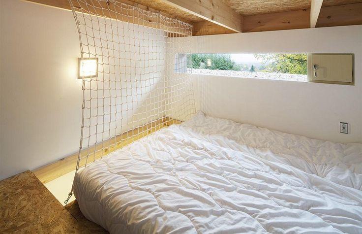 Oba dětské pokoje mají díky vyššímu stropu patro na spaní osvětlené nízkým horizontálním oknem. Zdroj: www.mujdum.cz