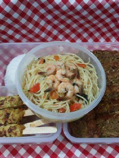 Spaghetti, nasi, sate lilit ayam goreng