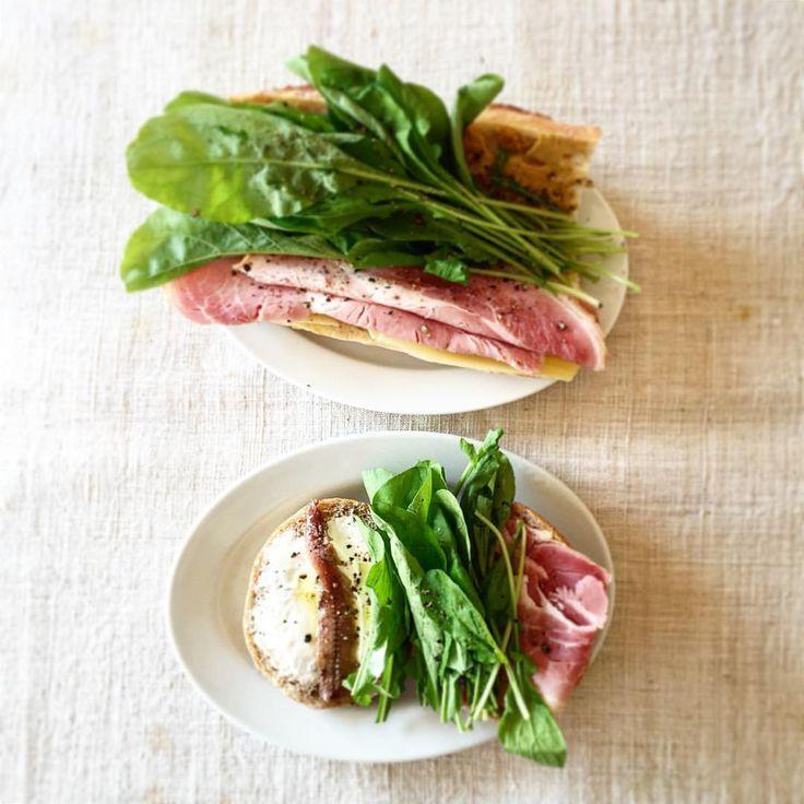 #ベジマニア  #Tomoko Nagao  @vege_mania  「ロースハムとルッコラ、チーズ、マスタード、サワークリーム、アンチョビを適当に2種類のパンでサンドイッチ。 #サンドイッチ#単純で簡単に#塩気と辛みでアクセントを…」