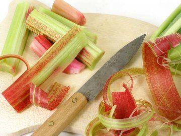 před kuchyňským zpracováním je třeba řapíky rebarbory oloupat