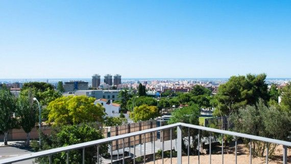 Estamos en la zona alta de Barcelona, en Ciudad Diagonal, delante del Colegio Alemán. Se trata de un entorno privilegiado y tranquilo con vistas al mar y próximo al parque de Collserola. Disponemos de servicio de vehículo comunitario propio para desplazarse al centro de Barcelona, con el máximo confort.